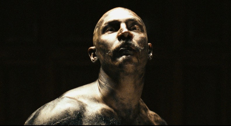 Una surreale immagine di Tom Hardy dal film Bronson