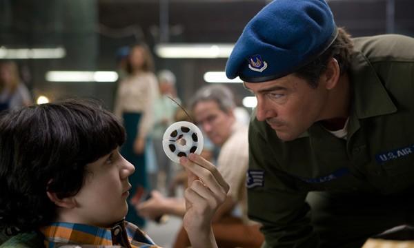 Kyle Chandler in una scena del film Super 8