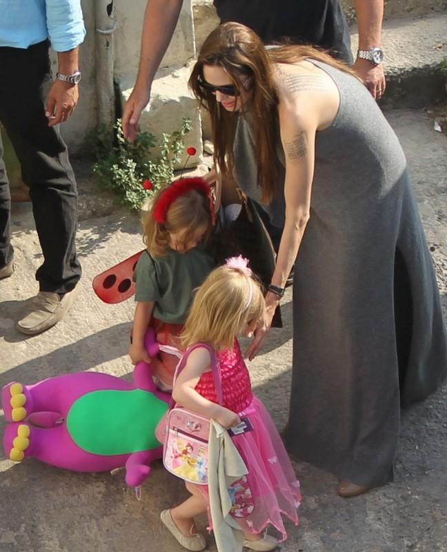 Angelina Jolie a Malta. Sul set del film World War Z, Brad Pitt è insieme alla numerosa famigliola.