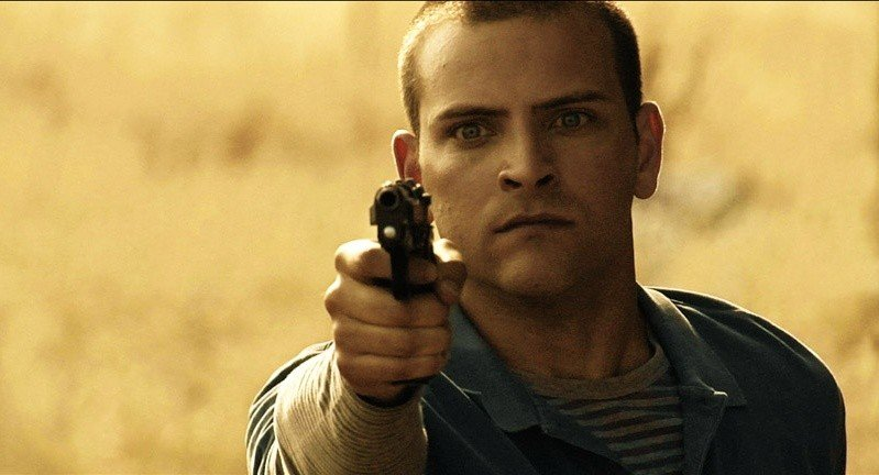 Alessandro Borghi in una scena d'azione del film 5 (Cinque)