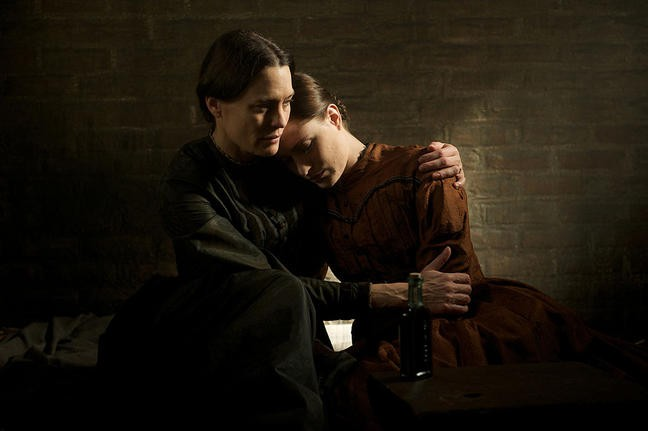 Robin Wright e Alexis Bledel in una scena di The Conspirator