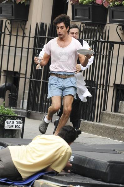 Sacha Baron Cohen durante una ripresa del film The Dictator, inseguito da un ristoratore newyorkese