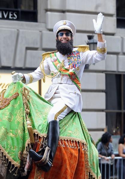 Un dittatore a New York: ecco Sacha Baron Cohen in sella ad un cammello mentre gira per Manhattan, durante le riprese del suo film.