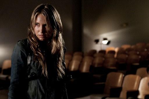 Sarah Carter in una scena dell'episodio The Armory della serie Falling Skies