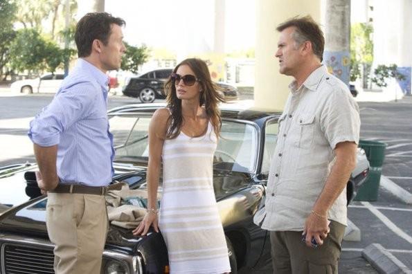 Bruce Campbell, Jeffrey Donovan e Gabrielle Anwar nell'episodio 'No Good Deed' di Burn Notice
