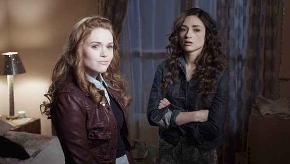 Holland Roden e Crystal Reed nell'episodio 'Pack Mentality' di Teen Wolf