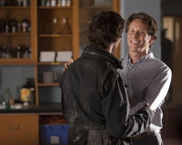 Noah Wyle e Steven Weber nell'episodio Prisoner of War della serie Falling Skies