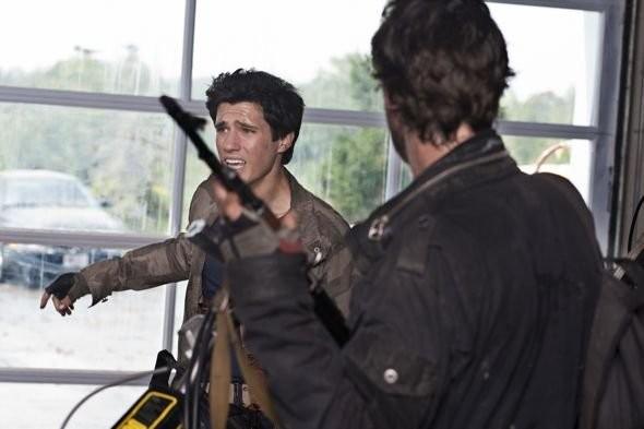 Drew Roy e Noah Wyle (di spalle) nell'episodio Grace della serie Falling Skies