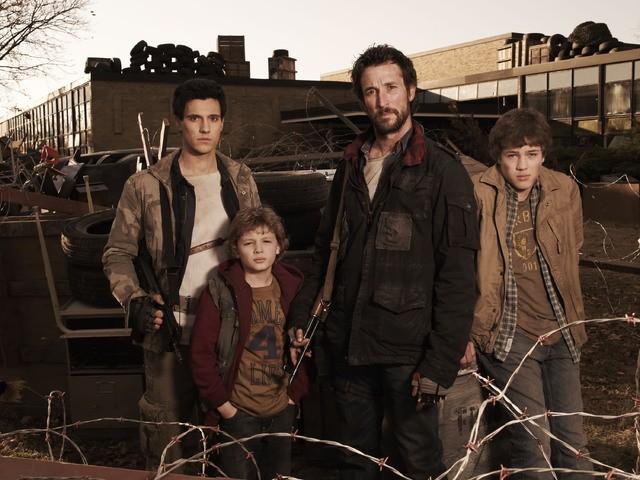 Drew Roy, Maxim Knight, Noah Wyle and Connor Jessup in un'immagine promozionale della serie Falling Skies