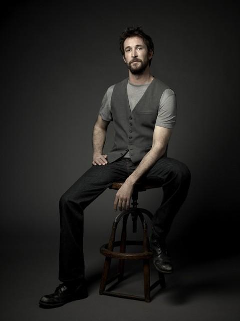 Noah Wyle in una immagine promozionale della serie Falling Skies