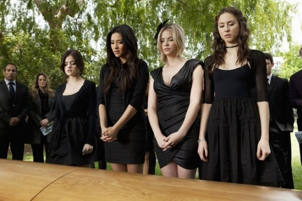 Lucy Hale, Shay Mitchell, Ashley Benson e Troian Avery Bellisario nell'episodio 'The Devil You Know' di Pretty Little Liare