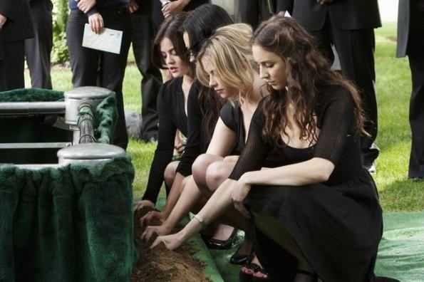 Shay Mitchell, Ashley Benson, Troian Avery Bellisario e Lucy Hale nell'episodio 'The Devil You Know' di Pretty Little Liare