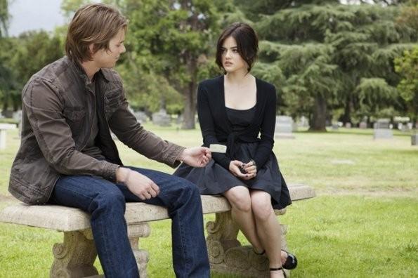 Una scena con Lucy Hale e Drew Van Acker nell'episodio 'The Devil You Know' di Pretty Little Liars