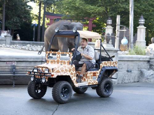 Kevin James in un momento della commedia The Zookeeper (Il signore dello zoo)