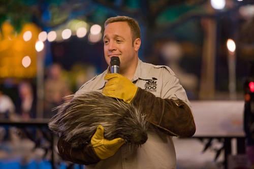 Kevin James in una tenera immagine di Zookeeper (Il signore dello zoo)