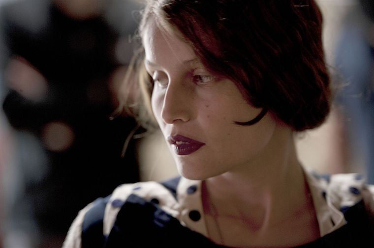 Laetitia Casta nel film Derrière Les Murs