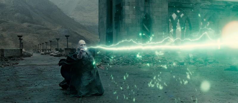 Ralph Fiennes in una scena di azione in Harry Potter e i doni della morte - parte 1