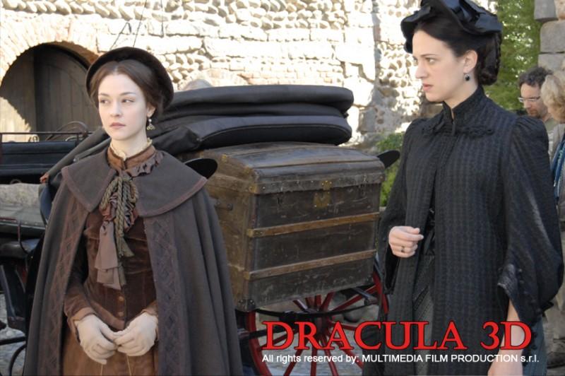 Asia Argento accanto a Marta Gastini in una scena di Dracula 3D