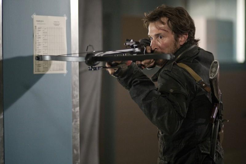 Noah Wyle in una scena dell'episodio Silent Kill della serie Falling Skies