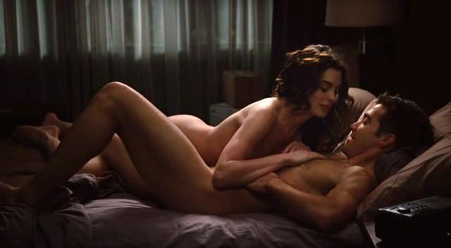 Anne Hathaway e Jake Gyllenhaal in una sensuale sequenza di Amore ed altri rimedi