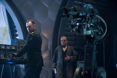 Hugo Weaving e Toby Jones in una scena di Captain America: il primo vendicatore