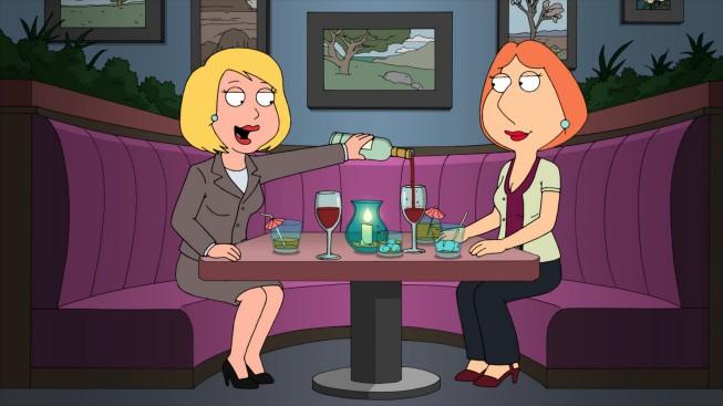 Lois Griffin e Joyce Kinney in una scena di And I'm Joyce Kinney della serie-tv I Griffin