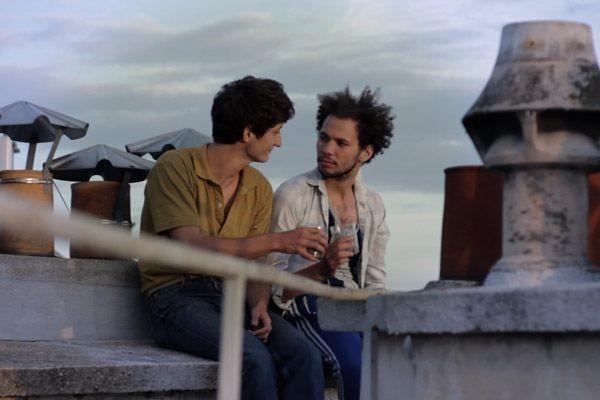 Pierre Niney e Ali Marhyar in una scena di J'aime regarder les filles