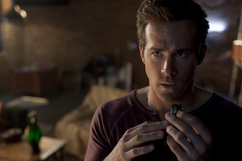 Un primo piano di Ryan Reynolds in una sequenza di Lanterna Verde