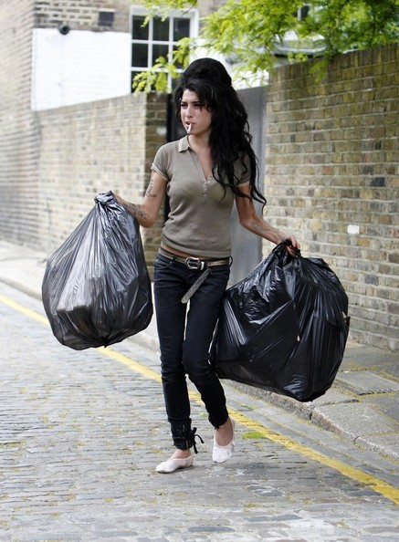Amy Winehouse in versione poco glamour, fuori da casa sua (2007)