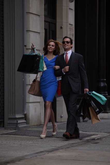 Hilarie Burton e Matthew Bomer in una scena dell'episodio Taking Account di White Collar