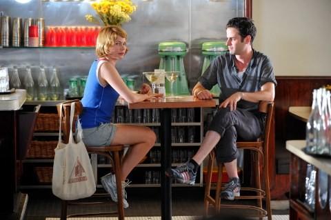 Michelle WIlliams e Luke Kirby in una scena di Take This Waltz
