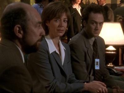 Richard Schiff, Allison Janney e Bradley Whitford in una scena dellìepisodio pilota di West Wing
