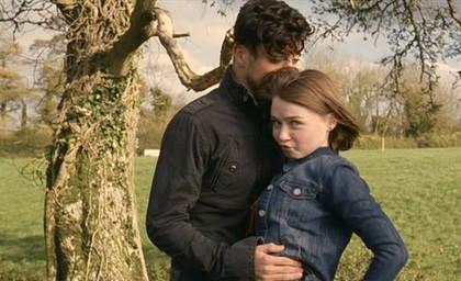 Dominic Cooper nel film Tamara Drewe accanto a Jessica Barden