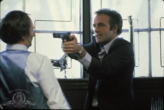 A destra, James Cann in una scena del film Strade violente (1981)