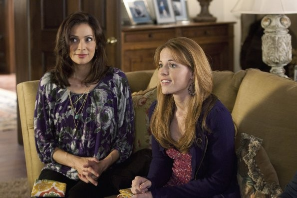 Constance Marie e Katie Leclerc in una scena dell'episodio This Is Not a Pipe di Switched at Birth