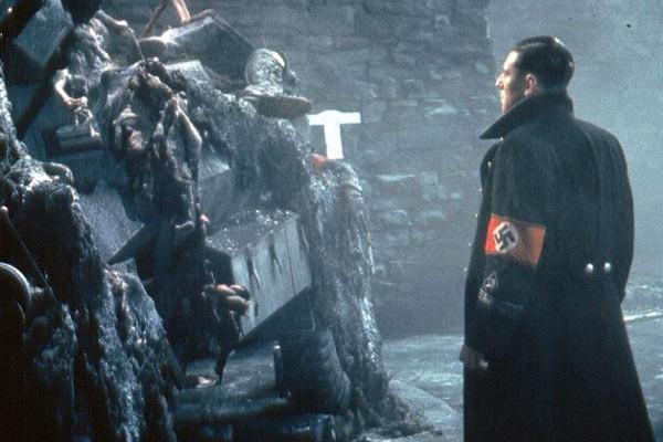 Gabriel Byrne in un'inquietante scena del film La fortezza, di Michael Mann (1983)