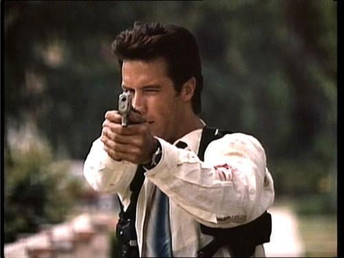 Un'immagine del film TV Sei solo, agente Vincent, diretto da Michael Mann (1989)