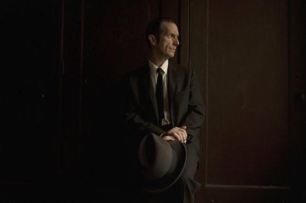 Denis O'Hare in una foto promozionale di American Horror Story