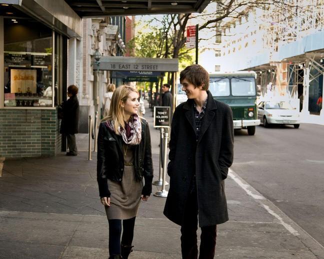 Emma Roberts e Freddie Highmore nel film L'arte di cavarsela (The Art of Getting By)