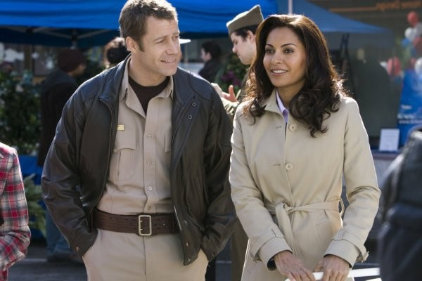 Colin Ferguson e Salli Richardson-Whitfield nell'episodio A New World di Eureka