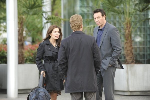 Currie Graham, Devon Gummersall e Sarah Shahi in una scena dell'episodio Believers di Fairly Legal