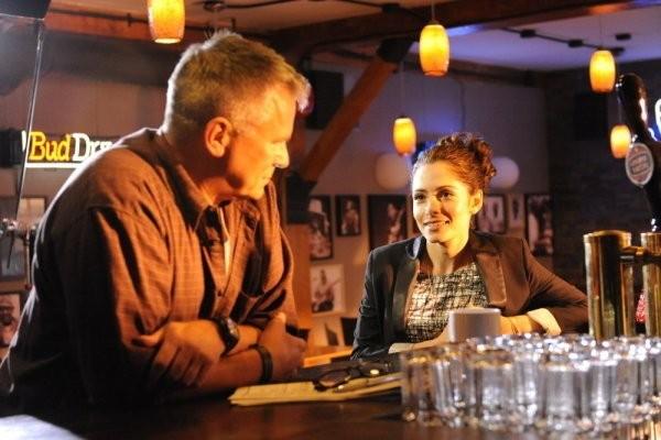 Richard Dean Anderson e Sarah Shahi nell'episodio The Two Richards di Fairly Legal