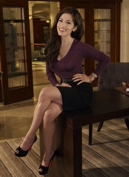 Sarah Shahi in una foto promozionale della serie Fairly Legal