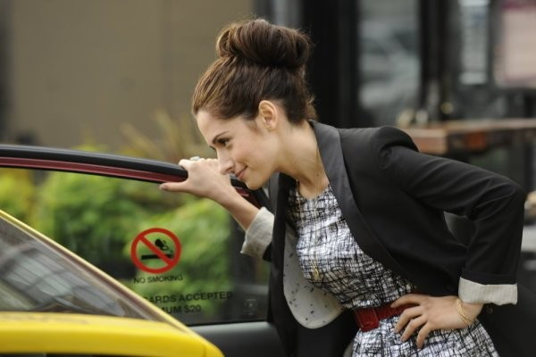 Sarah Shahi in una scena dell'episodio The Two Richards di Fairly Legal
