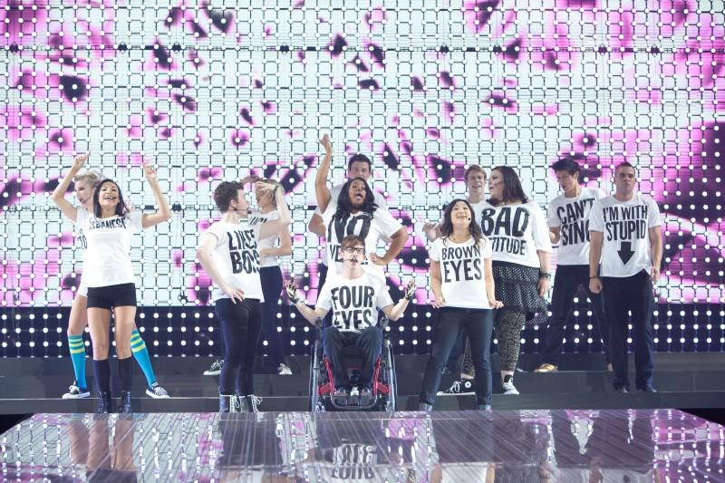 Il cast di Glee: The 3D Concert Movie in scena con 'Born this Way'