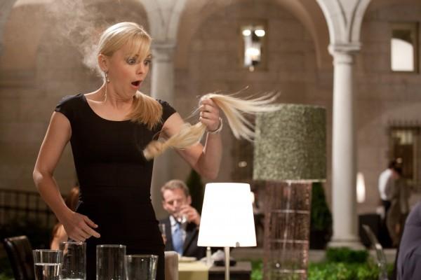 Anna Faris e i suoi capelli posticci in una scena del sentimentale Prima di te