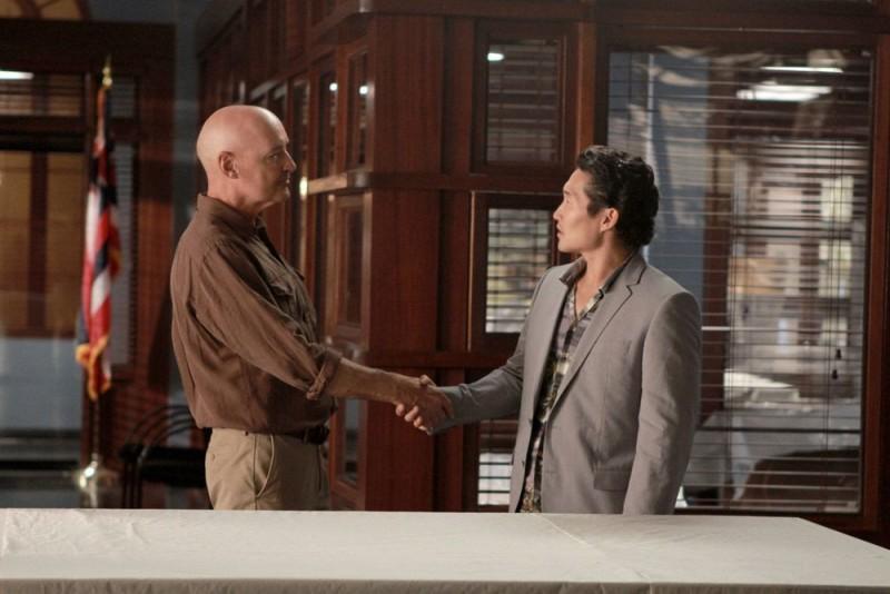 Terry O'Quinn e Daniel Dae Kim in una prima immagine dall'episodio Ha'iole, premiere della seconda stagione di Hawaii Five-0
