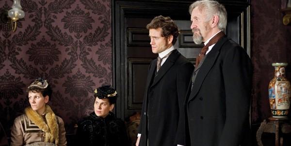Hugh Dancy e Jonathan Pryce in una scena di Hysteria
