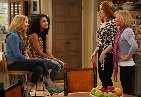 Kristi Lauren, Aisha Dee, Jaime Pressly e Katie Finneran nel pilot di I Hate My Teenage Daughter