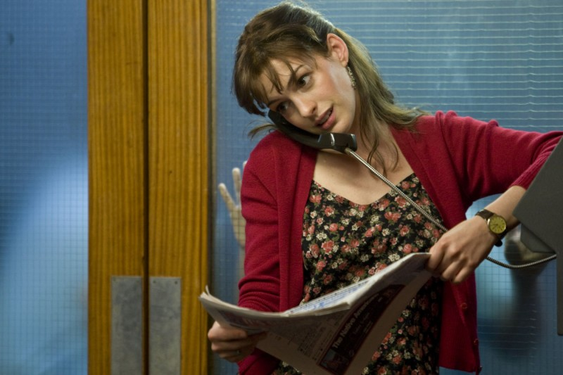 Anne Hathaway al telefono in una scena di One Day